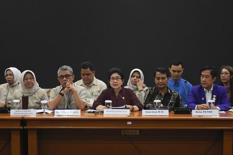 Menteri Kesehatan Nila F. Moeloek (tengah) didampingi perwakilan organisasi profesi kesehatan bersama TNI dan Polri memberikan keterangan kepada wartawan mengenai keamanan tenaga medis di wilayah terdampak kerusuhan Wamena, di Kantor Kemenkes, Jakarta, Senin (30/09/2019). Menteri Kesehatan menyatakan tenaga medis yang bekerja di wilayah terdampak kerusuhan telah mendapat pendampingan pengamanan dari TNI dan Polri, serta akan ditambah jumlah petugas medis dari tim kesehatan gabungan sipil, Polri dan TNI ke Wamena, Ilaga, dan Tolikara. ANTARA FOTO/Indrianto Eko Suwarso/ama.