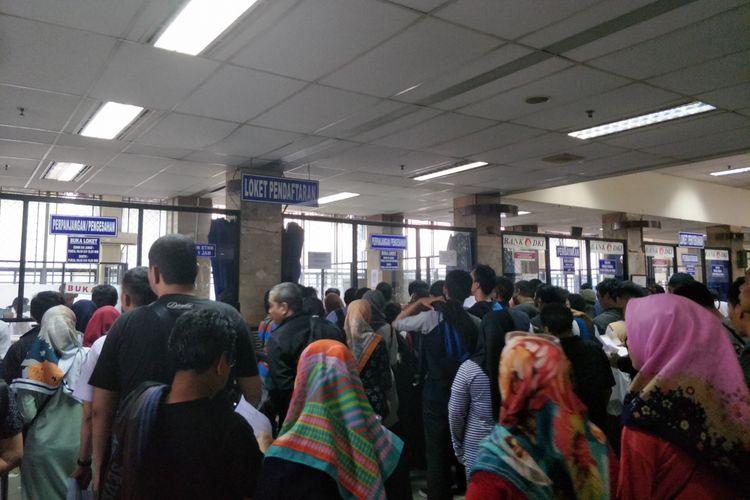 Hari terakhir penghapusan denda pajak, wajib pajak padati kantor Samsat Jakarta Timur, Senin (31/12/2018)