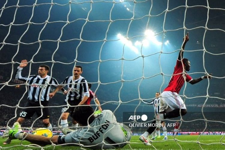 Gianluigi Buffon menepis bola hasil sundulan Sulley Muntari dalam laga AC Milan vs Juventus pada pertandingan Serie A di Stadion San Siro, 25 Februari 2012.