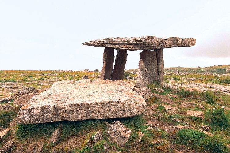 Poulnabrone Dolmen, sebuah makam megalitik prasejarah di County Clare, Irlandia.