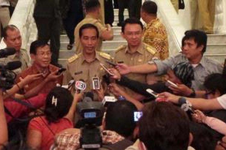 Gubernur DKI Jakarta Joko Widodo (tengah) bersama Wakil Gubernur DKI Jakarta Basuki Tjahaja Purnama