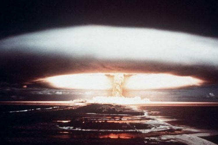 Gambar yang diambil pada tahun 1971, menunjukkan ledakan nuklir di atol Mururoa.