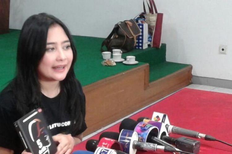 Artis peran Prilly Latuconsina memberi keterangan pers pada peluncuran bukunya, 5 Detik dan Rasa Rindu, di TB Gramedia Matraman, Jalan Matraman Raya, Jakarta Timur, Minggu (5/3/2017).