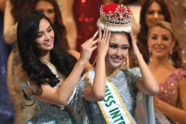 Miss Indonesia Kevin Lilliana (kanan) menerima mahkota Miss International 2017 dari Miss International 2016 Kylie Verzosa asal Filipina dalam final Miss International Beauty Pageant di Tokyo, Jepang, Selasa (14/11/2017).