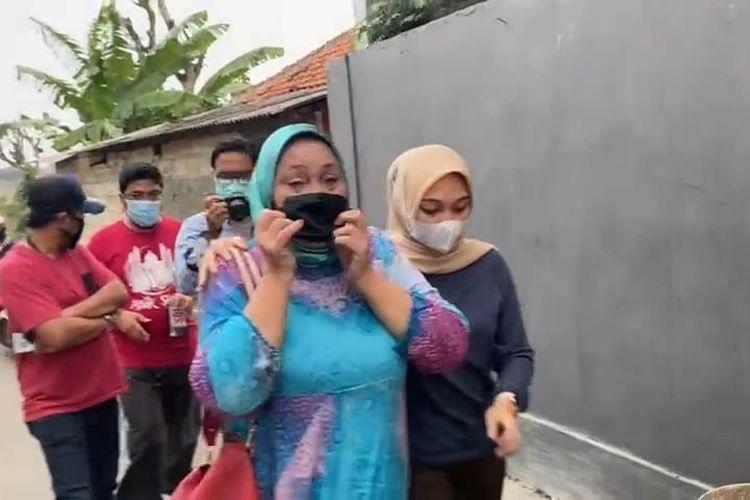 Seorang terpidana korupsi, Ade Ohoiwutun (biru cerah), ditangkap tim tangkap buronan Kejaksaan Agung bersama Kejaksaan Negeri (Kejari) Depok di Sukamaju, Cilodong, Depok, pada Rabu (22/9/2021).