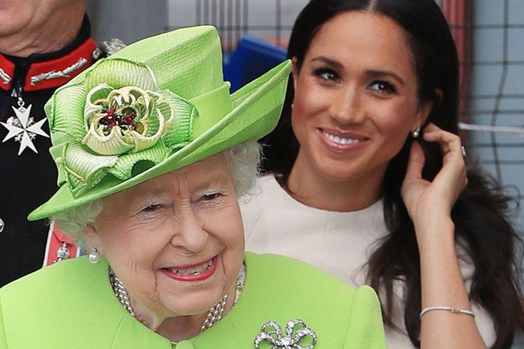 Ratu Elizabeth II bersama Meghan Markle yang mengenakan anting-anting mutiara bermata berlian pemberiannya, dalam perjalanan kunjungan ke wilayah utara Inggris.
