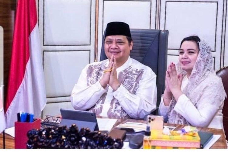 Menko Perekonomian Airlangga Hartarto bersama istri Yanti Airlangga, saat mengikuti Halal Bihalal Daring Kemenko Perekonomian, Senin (25/5/2020).