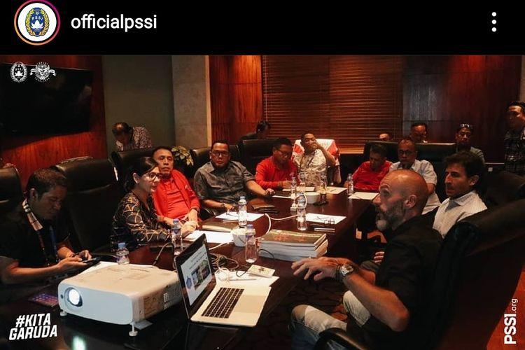Luis Milla saat memaparkan proposal dan program pelatihan di depan jajaran pengurus PSSI, Filipina, Jumat (29/11/2019) malam waktu setempat.