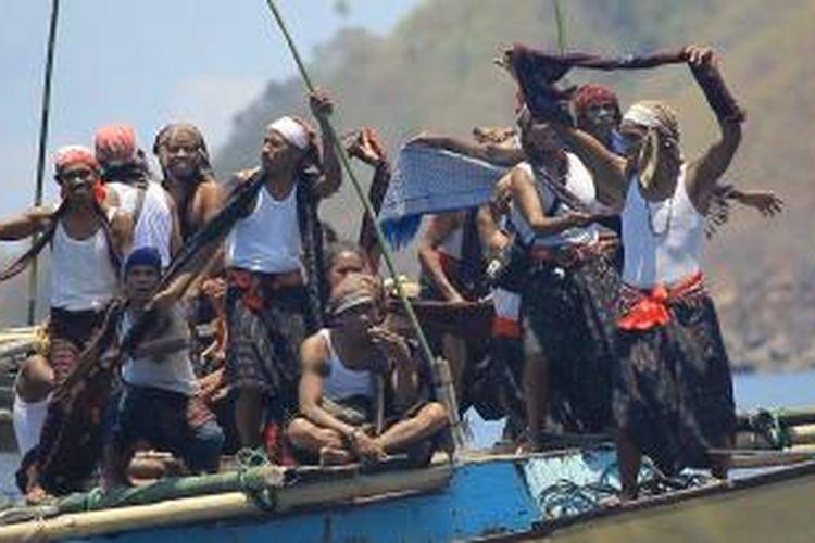 Lelaki Mosa atau tetua adat Desa Rokirole dalam ritual Pua Karapau.