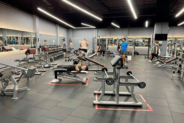 Pengunjung gym True Fitness, Millenia Walk, Singapura berolahraga pada hari terakhir (7/5/2021) sebelum gym diperintahkan untuk ditutup hingga 30 Mei mendatang karena melonjaknya kembali kasus komunal Covid-19.