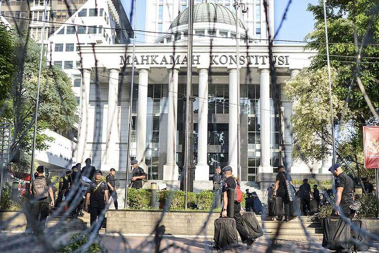 Personel Brimob Polri bersiap melakukan pengamanan di sekitar Gedung Mahkamah Konstitusi (MK), Jakarta, Selasa (18/6/2019). Pengamanan dilakukan menjelang dan saat sidang lanjutan Perselisihan Hasil Pemilihan Umum (PHPU) Pilpres 2019 digelar di MK.