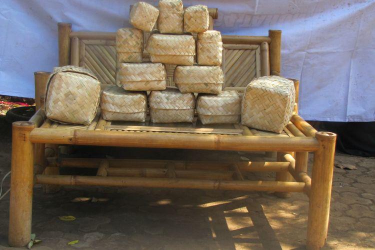 Besek hasil kerajinan anyaman bambu warga Lingkungan Papring, Kelurahan Kalipuro, Banyuwangi.