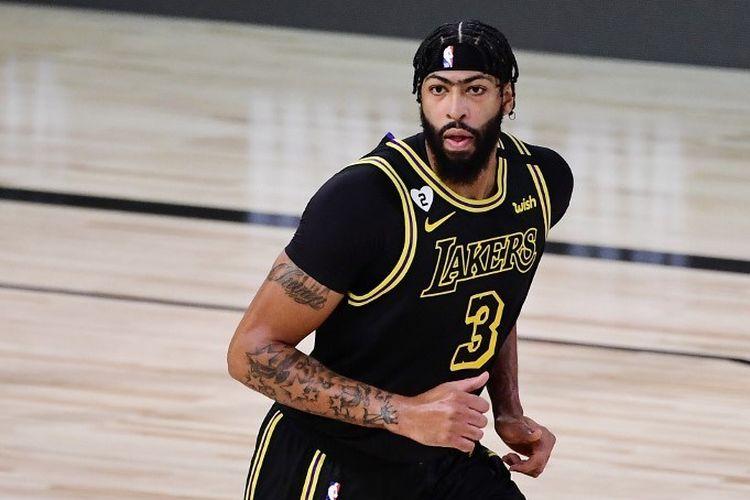 Pemain Los Angeles Lakers, Anthony Davis, beraksi pada laga Gim 2 Final NBA 2020 kontra Miami Heat di AdventHealth Arena, ESPN Wide World Of Sports Complex di Lake Buena Vista, Florida, pada 2 Oktober 2020.