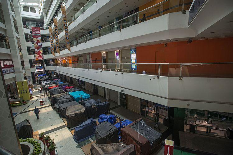 Sejumlah toko di sebuah mal tidak beroperasi saat masa Pemberlakuan Pembatasan Kegiatan Masyarakat (PPKM) Level 4 di Jakarta, Selasa (3/8/2021). Meski menurut Gubernur Anies Baswedan kasus aktif harian Covid-19 Jakarta menurun hampir 100.000 orang dalam dua pekan terakhir, pemerintah masih memperpanjang PPKM Level 4 hingga 9 Agustus 2021 di Ibu Kota.