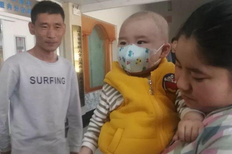 Tang Shaolong bersama putranya Tang Yixuan.