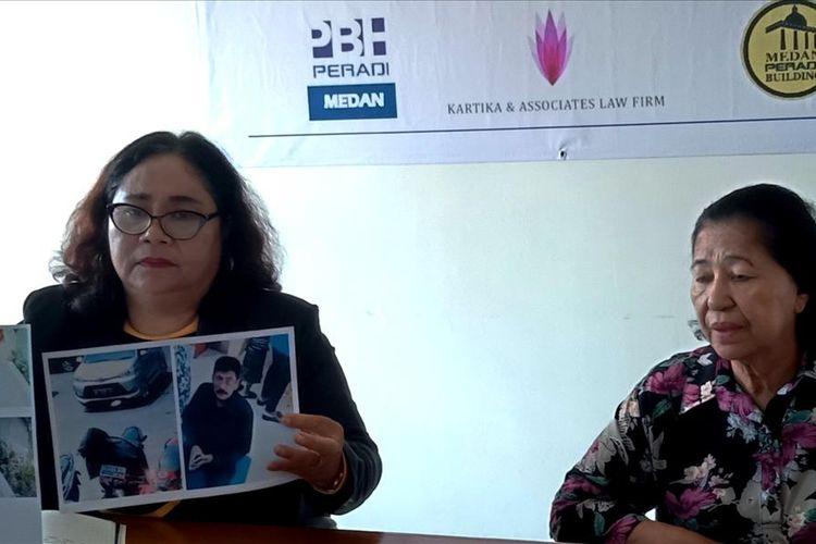 Ketua PBH Peradi Medan Rumintang Naibaho menunjukkan foto para pelaku, disampinggnya Anna Sinuraya, Selasa (6/8/2019)