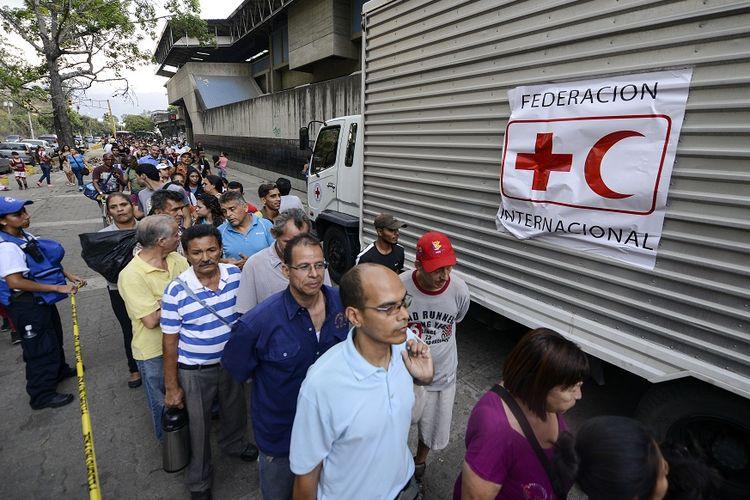 Warga Venezuela mengantre untuk mendapatkan bantuan kemanusiaan dari Palang Merah.