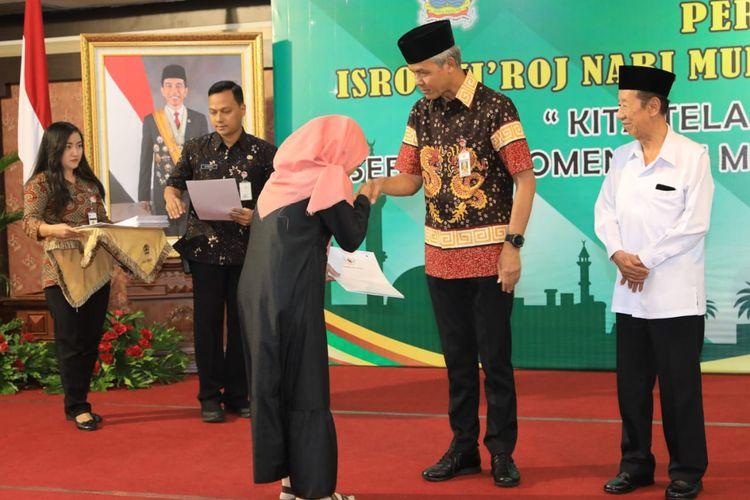 Gubernur Jawa Tengah Ganjar Pranowo memberikan santunan kepada 47 keluarga pahlawan demokrasi yang gugur atau sakit saat menjadi petugas pemilu, di Semarang, Jumat (26/4/2019).