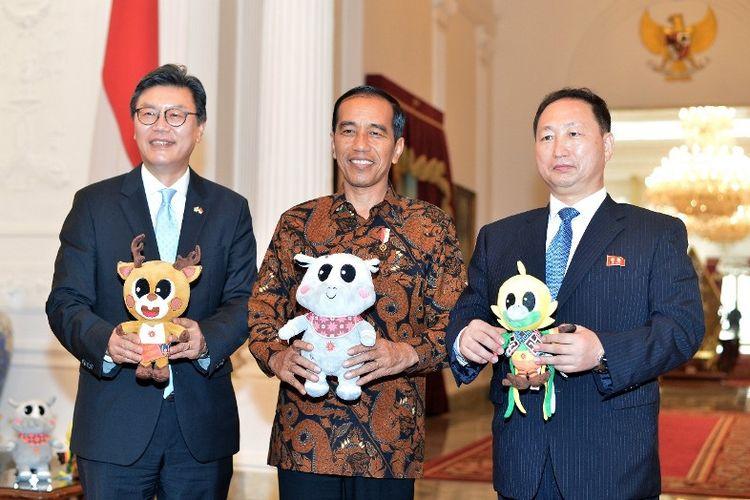 Presiden Joko Widodo bersama  Dubes Korea Selatan untuk Indonesia, Kim Chang Beom dan Dubes Korea Utara untuk Indonesia,  An Kwang Il membawa maskot Asian Games XVIII di Istana Merdeka, Senin (30/4/2018)