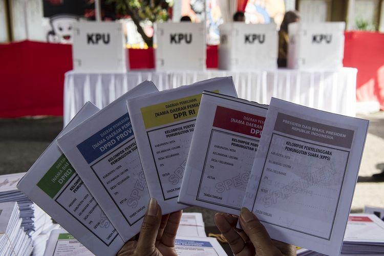 Petugas menunjukkan contoh surat suara saat simulasi pemilihan umum (Pemilu) 2019 di KPU Provinsi Jabar, Bandung, Jawa Barat, Selasa (2/4/2019). Simulasi tersebut digelar untuk memberikan edukasi kepada masyarakat terkait proses pemungutan dan penghitungan suara pemilihan umum serentak yang akan dilaksanakan pada 17 April 2019.