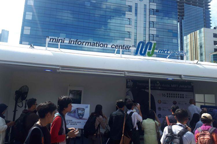 Masyarakat mengunjungi Mini information center MRT di Stasiun MRT Dukuh Atas. Foto diambil Minggu (30/12/2018).