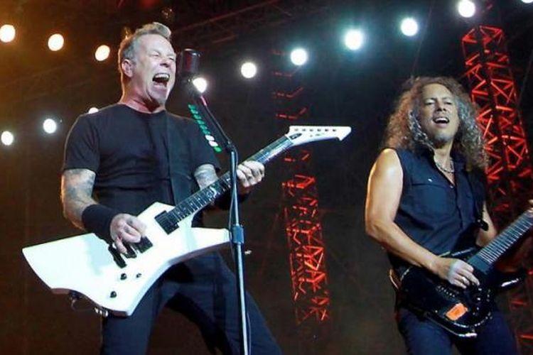 Vokalis sekaligus gitaris Metallica, James Hetfield (kiri), bersama sang gitaris, Kirk Hammett, mengentak Jakarta dalam konser band metal dari AS itu di Stadion Utama Gelora Bung Karno, Senayan, Jakarta Pusat, Minggu (25/8/2013) malam.