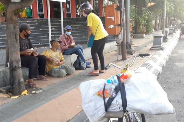 Pembagian nasi bungkus untuk pemulung di Jalan Mgr. Soegiyopranoto Semarang, Selasa (20/7/2021).