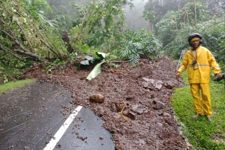 Petugas Unit Reaksi Cepat (URC) Bina Marga mengecek lokasi tanah longsor yang menimbun Jalan Taman Jaya- Ciwaru di Tanjakan Cipeucang, Ciemas, Sukabumi, Jawa Barat, Minggu (16/2/2020).