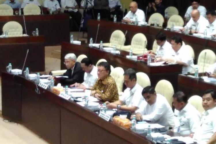 Menteri Dalam Negeri Tjahjo Kumolo dalam rapat kerja bersama Komisi II DPR