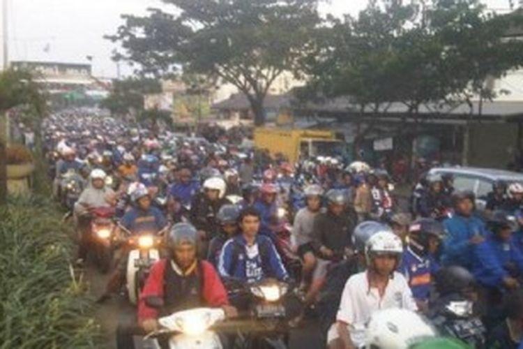 Ribuan bobotoh memadati Jalan Pasteur, atau sekarang bernama resmi Jalan Dr Djunjunan, Kota Bandung, Jawa Barat, Sabtu (22/6/2013).