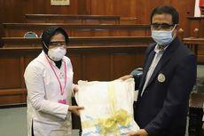 Risma Salurkan Ribuan APD untuk Tenaga Medis di RS Universitas Airlangga