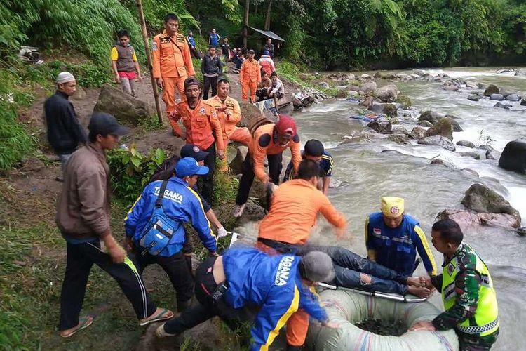 Proses evakuasi penumpang bus Sriwijaya rute Bengkulu-Palembang yang terperosok dalam jurang di Liku Lematang, Desa Prahu Dipo, Kecamatan Dempo Selatan, Kota Pagaralam, Sumatera Selatan, Selasa (24/12/2019). Akibat kecelakaan tersebut, 24 orang penumpang dikabarkan meninggal dan 13 orang selamat.
