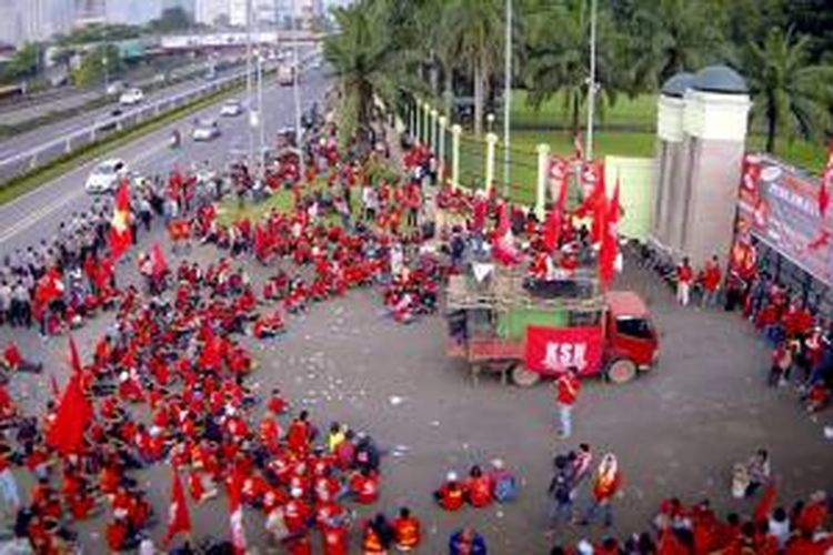 Aksi Buruh di depan Gedung MPR/DPR, Jakarta, saat May Day (Hari Buruh) 2014, direkam dari udara menggunakan drone.
