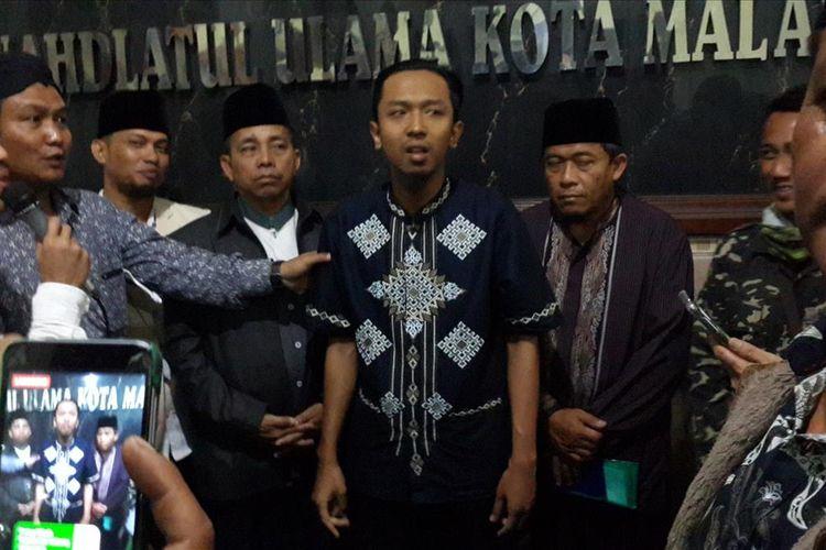 Pelaku penghina almarhum KH Maimun Zubair saat meminta maaf secara tertulis dan terbuka di Kantor PCNU Kota Malang pada Jumat (9/8/2019) malam.