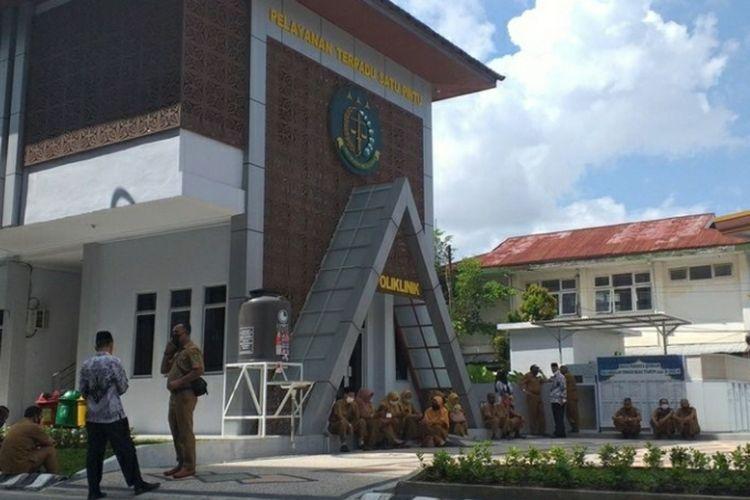 Sebanyak 64 kepsek SMP se Kabupaten Inhu saat mendatangi Kejati Riau di Kota Pekanbaru, Riau, terkait pemerasan yang dilakukan tiga orang oknum Kejari Inhu, Senin (20/7/2020) lalu.