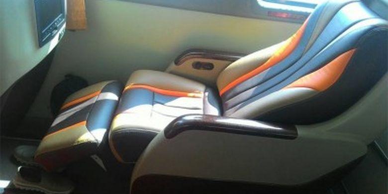 kursi pada dek bawah bus double decker milik PO Efisiensi yang beroperasi di jalur patas.