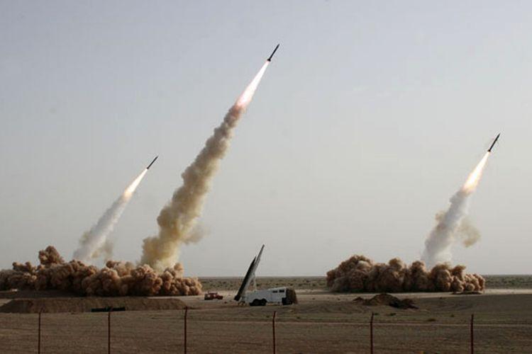 Foto yang dirilis pada 10 Juli 2008 oleh situs berita Garda Revolusi Iran, Sepah News, memperlihatkan tiga rudal meluncur di udara dari lokasi yang dirahasiakan pada 9 Juli 2008.