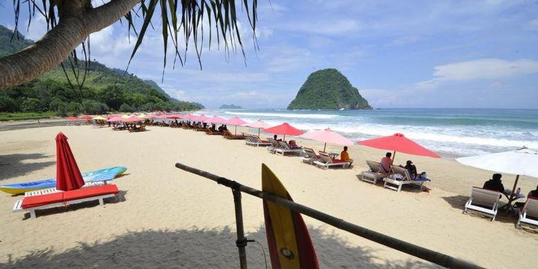 Pantai Pulau Merah di Pesanggaran, Kabupaten Banyuwangi, Jawa Timur.