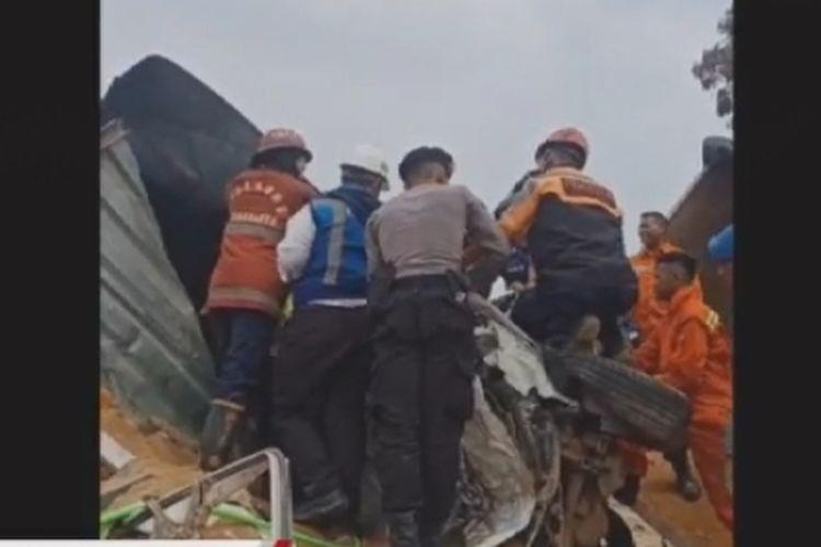 Proses evakuasi pasca-kecelakaan beruntun di ruas Tol Cipularang, Senin (2/9/2019). Kecelakaan melibatkan 21 kendaraan menyebabkan 6 orang tewas.