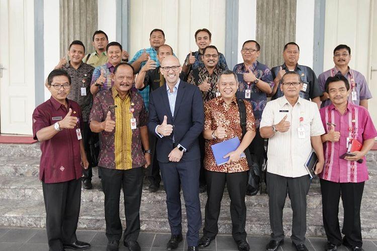 Pejabat Sekretaris Daerah Kota Semarang Agus Riyanto berfoto bersama Benjamin Giles, perwakilan Pemerintah Kota Queensland, Australia, di Semarang, Selasa (29/1/2019).