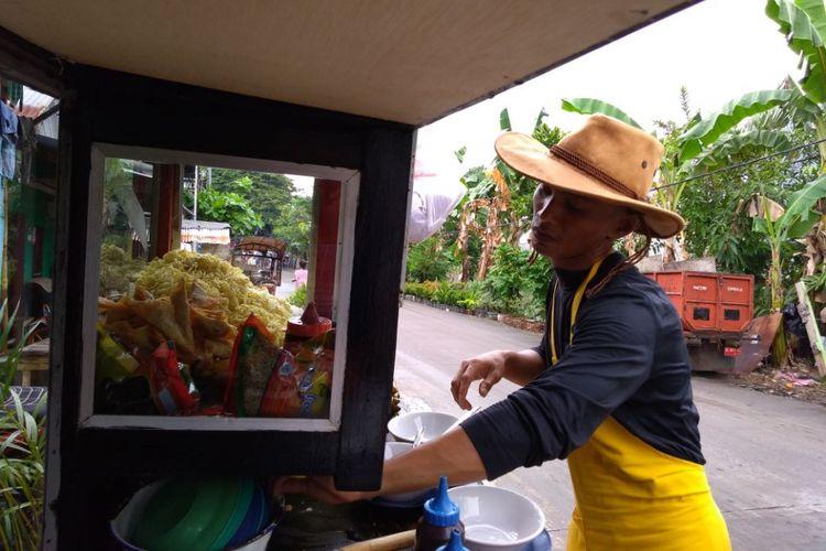 Rinto, tukang bakso di Makassar, Sulawesi Selatan, yang keliling mendorong gerobaknya menjajakan bakso dengan berpakaian ala direktur atau pegawai kantoran. Beberapa kali dia juga berganti gaya ala koboi.