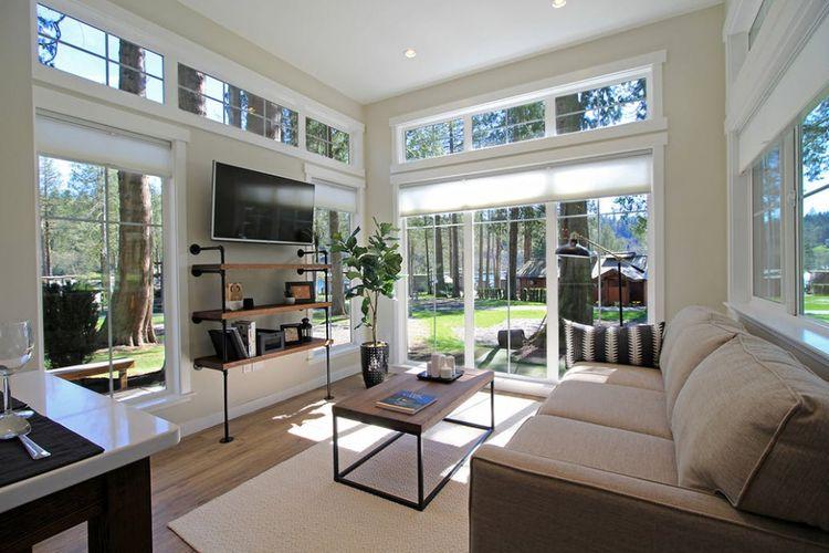 Desain rumah kecil dengan ruang tamu yang cukup luas.