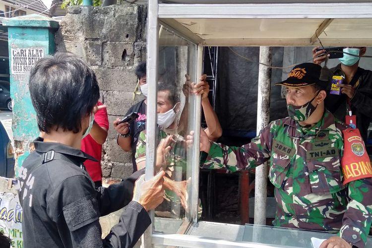 Anggota TNI ganti kaca etalase yang pecah di Loksem JT. 46 Jalan Lapangan Tembak, Ciracas, Jakarta Timur, Selasa (1/9/2020)