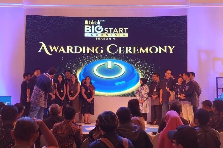 Chief Executive Officer(CEO)Blibli.com Kusumo Martanto (depan kanan) berfoto bersama seluruh pemenang kompetensi Blibli.com Big Start Indonesia Season 4 pada malam penganugerahan di IDEAFest 2019, Jakarta, Sabtu (5/10/2019).