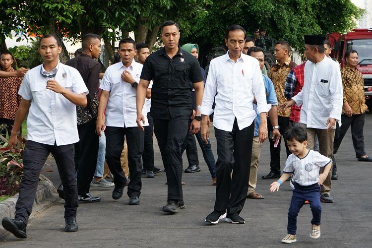 Presiden RI Joko Widodo (ketiga kanan) bersama cucunya Jan Ethes (kanan)  saat mengunjungi Gedung Agung Yogyakarta, Kamis (6/6/2019). Kunjungan tersebut menjadi rangkaian liburan Lebaran presiden di Yogyakarta. ANTARA FOTO/Andreas Fitri Atmoko/hp.
