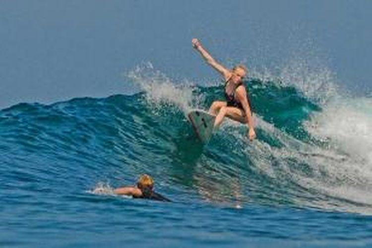 Peserta Aceh Surfing Competition Series-III menunjukkan kebolehannya menjajal ombak di lepas pantai Desa Mon Ikeun, Lhoknga, Aceh Besar, Minggu (17/3/2013).