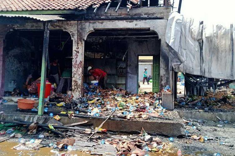 berserakan dan berantakan pasac dipadamkan petugas damkar Bangkalan, di Desa Serabi Timur Modung Bangkalan Madura Jawa Timur, Rabu (15/09/2021).