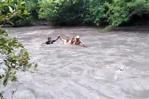 Perjuangan Guru: Menantang Deras Sungai hingga Melibas Jalan Terjal demi Antar Tugas Siswa