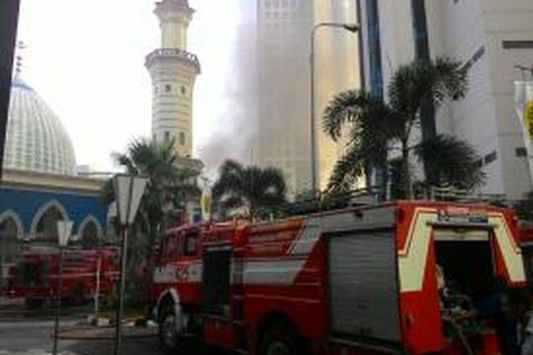 Gedung Direktorat Jenderal Pajak Jalan Gatot Subroto, Jakarta Selatan terbakar pada Jumat (31/7/3015). Kebakaran berasal dari ruang genset yang berada di lantai basement 2 gedung tersebut.