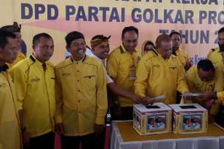 Ketua DPD Partai Golkar Provinsi Jawa Barat Dedi Mulyadi, sedang melakukan penggalangan dana bagi bayi kembar asal Sumedang Devina-Devani, usai acara Rakorda di Kecamatan Panumbangan, Kabupaten Ciamis, Selasa (20/12/2016)